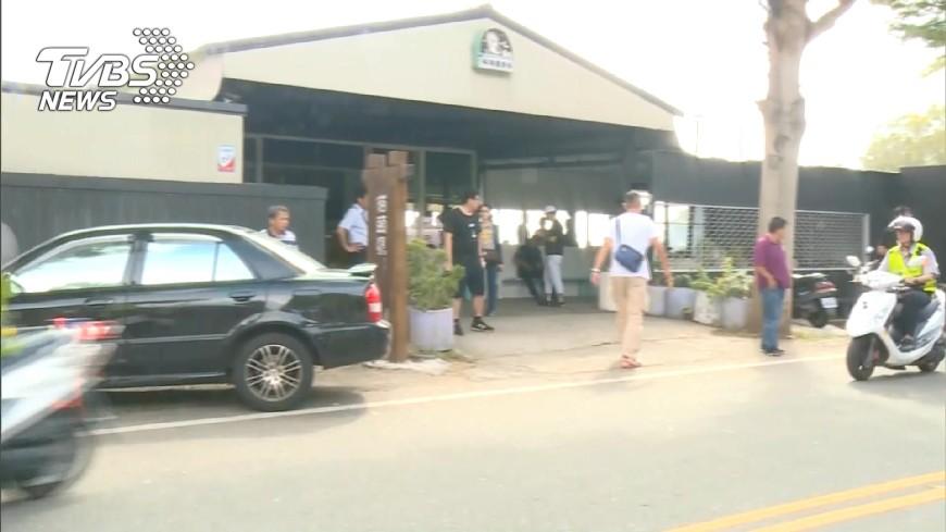圖/TVBS 飛帆婚宴外!近百人拉布條抗議 警3度舉牌