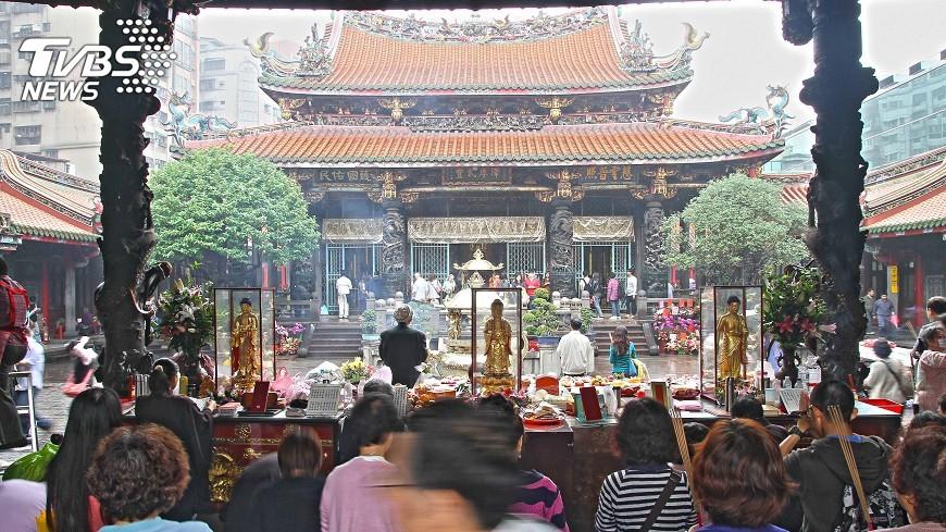 圖/中央社 萬華龍山寺16日起再減香 僅剩1座爐