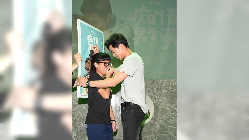 電影《痴情男子漢》男主角蔡凡熙與粉絲互動。圖/鐵人文創提供