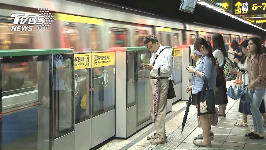 圖/TVBS 調查:青少年愛宅在家 5成玩手機當休閒