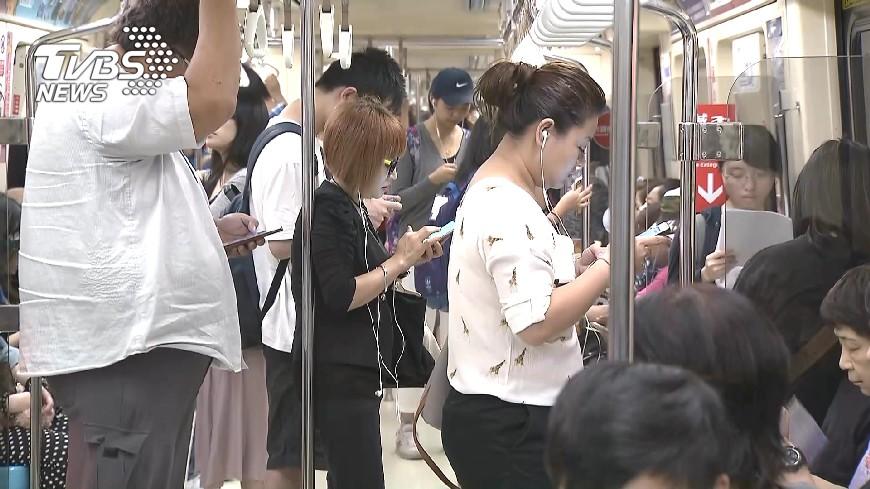 捷運車廂上原本可以享受免費上網服務。示意圖/TVBS