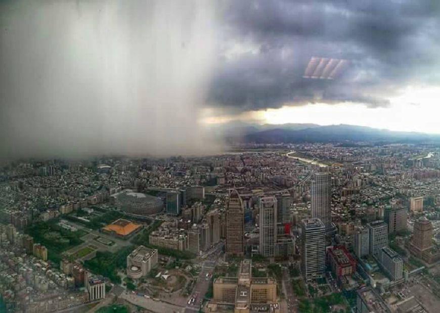 氣象局預報中心主任鄭明典曾在臉書分享一邊下雨、一邊晴天的壯觀場景。圖/鄭明典臉書