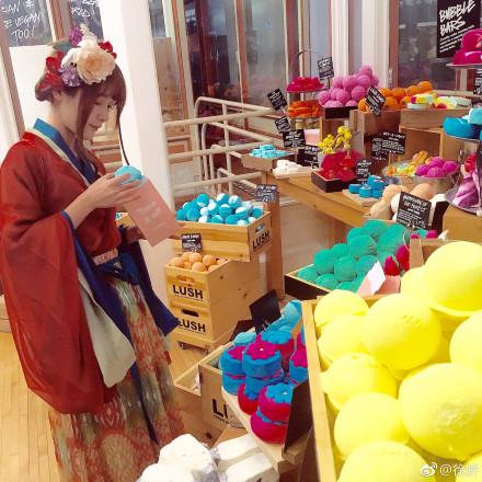 徐嬌穿漢服逛美國商店 網友:小仙女穿越了嗎?