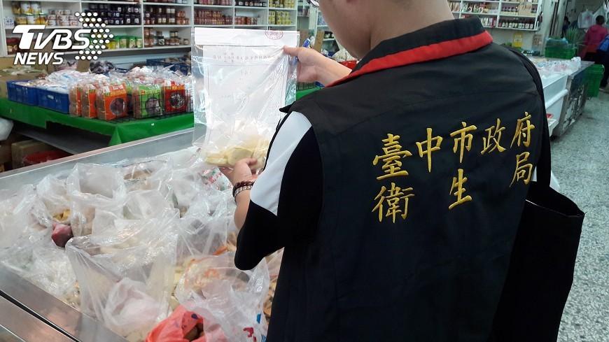 圖/中央社 中市衛生局抽驗豆乾 6件不合格下架