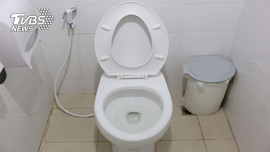 男友每次小便都把馬桶蓋尿的都是,女網友想出方法報復他。(示意圖/TVBS) 你逼我的!男友「射不準」馬桶蓋沾尿 她拿對方浴巾擦