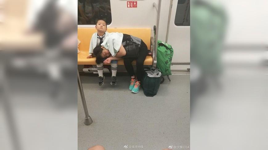 小男童讓媽媽睡在他的腿上,暖心的舉動讓網友們都稱讚不已。(圖/翻攝自微博) 小暖男讓媽媽睡腿上 給她拍拍還貼心報站