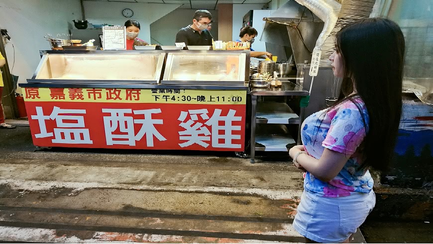 正妹出現在鹽酥雞攤位前面,男網友都嗨翻了。(圖/Jane Chen提供) 極品超「胸」妹出現嘉義鹽酥雞攤 她真實身分是…