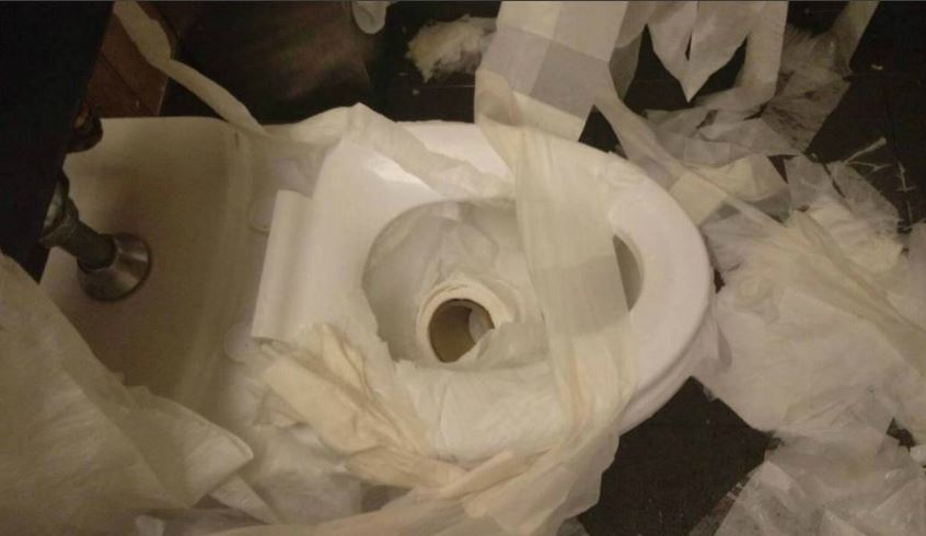 噁男破壞廁所,還將屎尿塞入衛生紙捲筒中。(圖/昕境廣場臉書)
