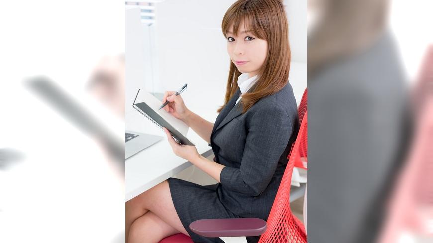 短裙OL示意圖。圖/翻攝自pakutaso網站 室內、外溫差大 上班不想變冰棒這個小撇步OL必學