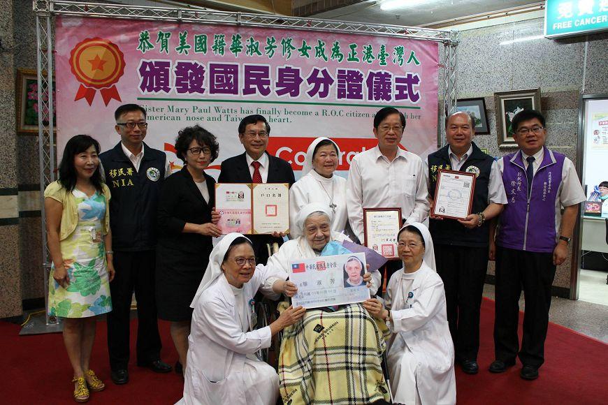 圖/天主教聖馬爾定醫院臉書 奉獻60年…華修女終領身分證:感謝上帝,我愛台灣!