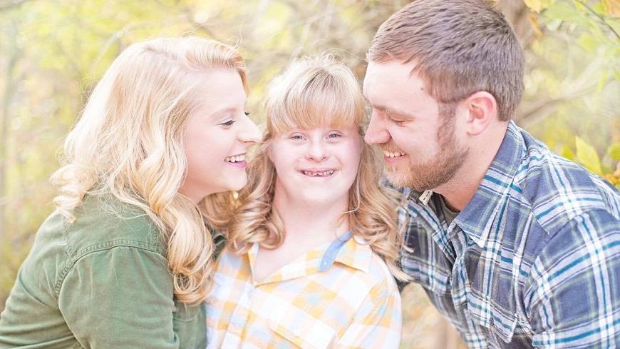 美國一名暖男同時向女友和她妹妹求婚,並承諾會照顧她們一輩子。(圖/翻攝自臉書) 女友妹有唐氏症和糖尿病 暖男同時向她們求婚