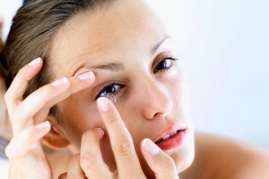 示意圖。圖/翻攝自《鏡報》 驚!以為是乾眼症 醫生竟從女子眼睛取出27片隱眼