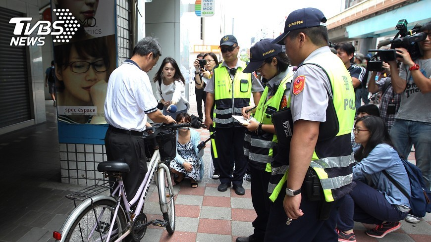 圖/中央社 自行車騎上騎樓 台北市取締33件