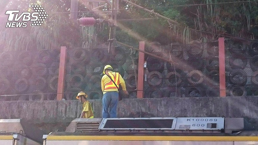 圖/中央社 台鐵七堵段電車線掉 往宜蘭誤點至少30分