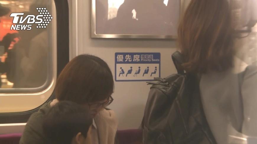圖/TVBS資料畫面(示意圖,非當事人) 男大生熱衰竭坐博愛座!老伯動手硬扯 反被吐滿臉