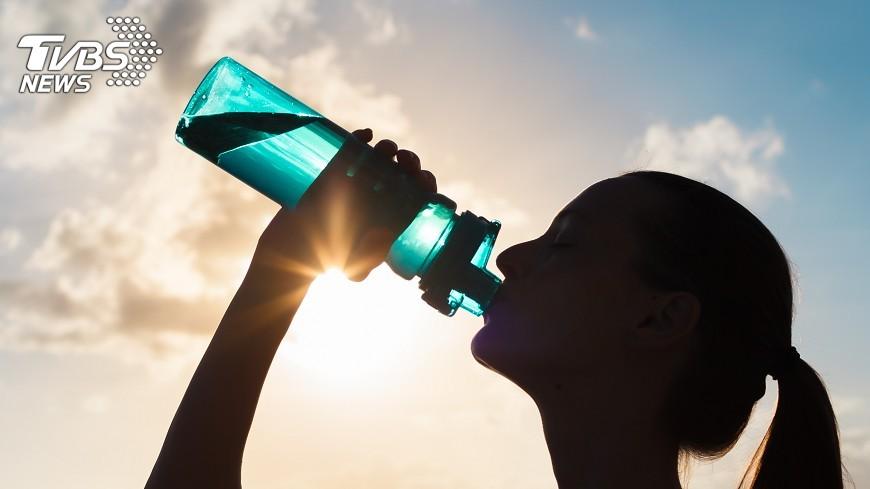 示意圖/TVBS 運動前先喝水 等到口渴就慢了