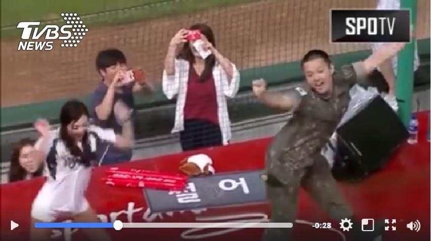 南韓大兵在球場大跳Cheer up,精準到位比下一旁的啦啦隊美女。畫面翻攝/SPOTV Facebook 南韓阿兵哥大跳Cheer up  啦啦隊相形失色
