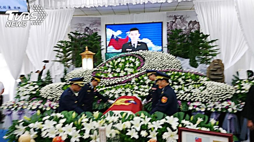 圖/中央社 中市警員簡銘韋公祭 追頒行政院楷模獎章