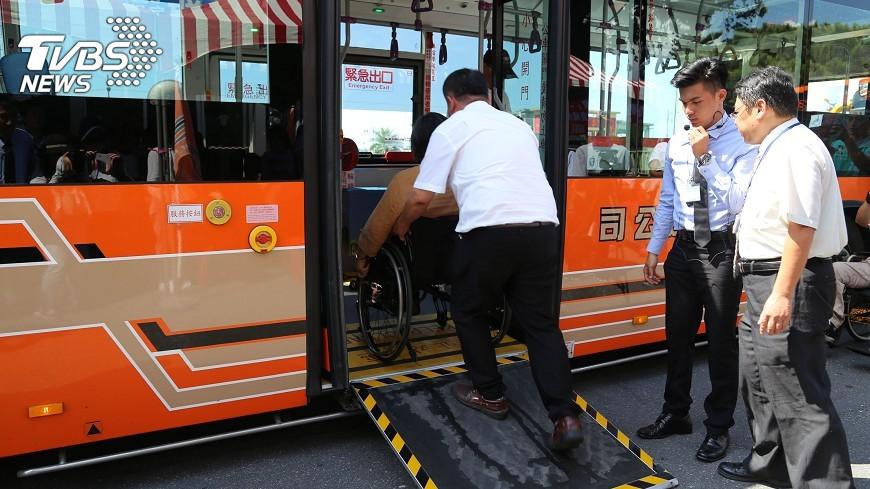 圖/中央社 輪椅族開心出遊 花蓮低地板公車增加