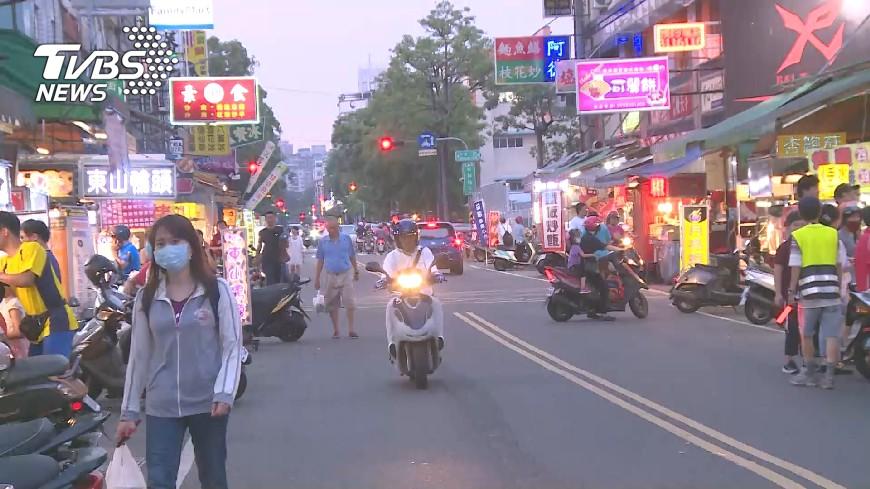 圖/TVBS資料畫面 逢甲夜市小吃變桌宴菜 精緻擺盤吸客
