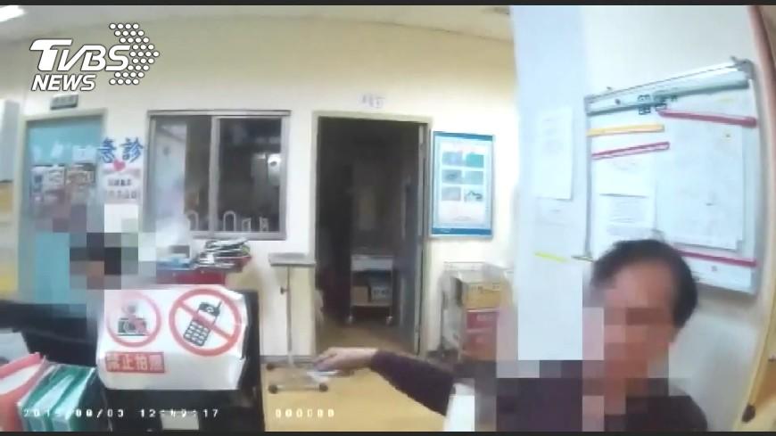 圖/TVBS 醉漢大鬧急診室 警上銬抓人「嚇到酒醒」