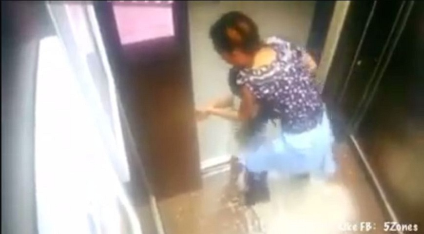 國外一名媽媽帶著女兒搭電梯時,疑似低頭專注滑手機,沒注意到女兒首遭電梯夾住。圖/翻攝自臉書粉絲專頁「SG Kay Poh」