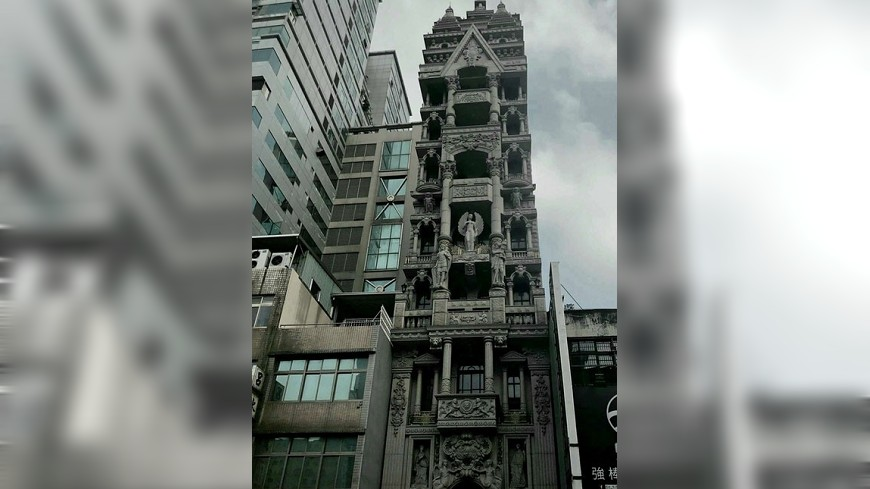 圖擷自《reddit》 桃園這棟樓紅到國外! 網友驚呼:「吸血鬼巢穴」