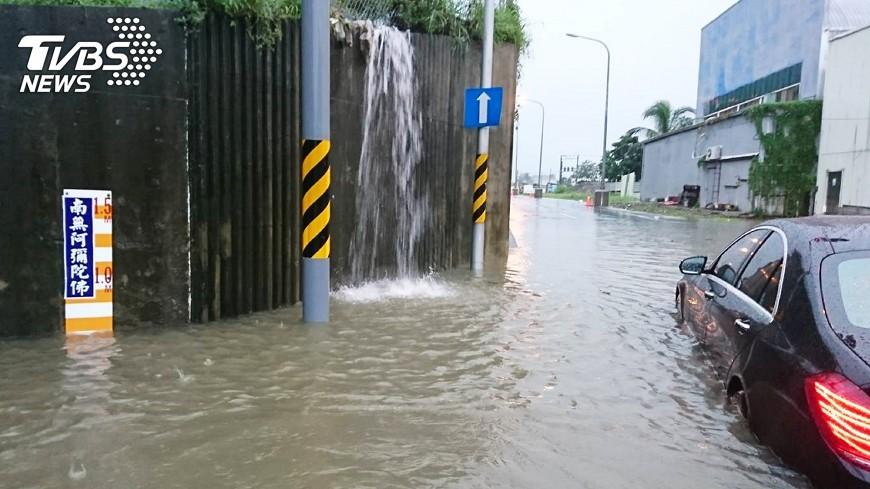 圖/中央社 颱風過後 高市加班收運垃圾
