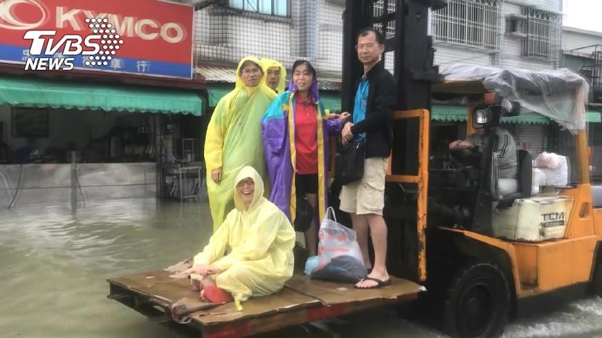 圖/TVBS 台南淹慘! 11區泡水家門前變河流