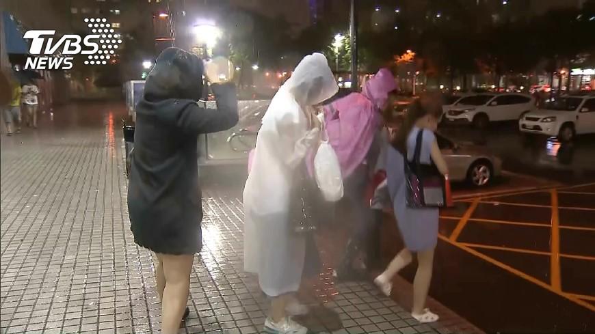 圖/TVBS資料畫面 一個颱風丟了工作?停班課沒去上班 她被老闆開除
