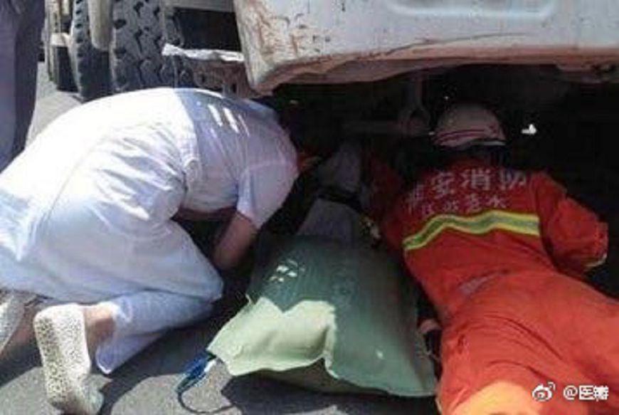 圖/取自《醫瓣》微博 最美背影…護士跪40度地面救人 雙膝燙傷脫皮