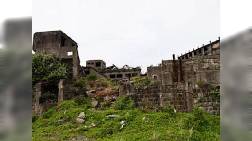 隨著韓國電影《軍艦島》上映,這塊廢墟也喚起世人的注意。圖/樂天旅遊 日本七大廢墟景點 無人島、世界文化遺產都上榜
