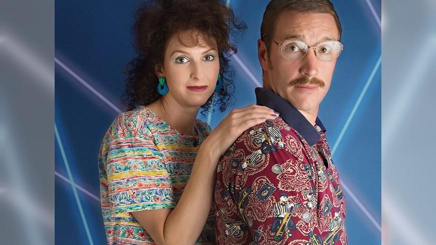 美國這對夫妻攝影師,拍結婚十週年紀念照大走80年代復古風。圖/Giggle Monster Photography 結婚十周年紀念照 這對夫婦大走80復古風