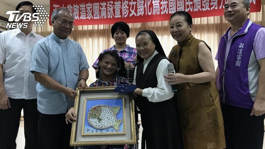 圖/中央社 修女滿詠萱獲頒身分證 歡喜永遠在台