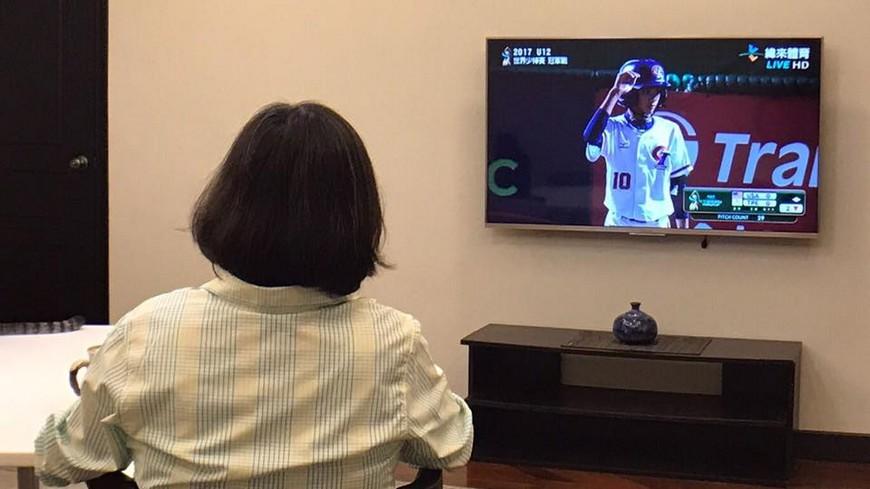 圖/翻攝自蔡英文 Tsai Ing-wen臉書 蔡英文穿長袖看少棒遭酸 民進黨發言人說出真相