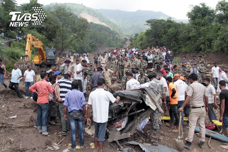 圖/達志影像美聯社 印山路土石流沖走巴士 至少48人死亡