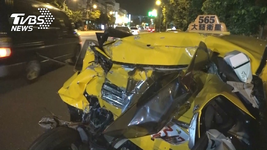 圖/TVBS 煞不及?!貨櫃車衝撞停等紅燈小黃 4人傷