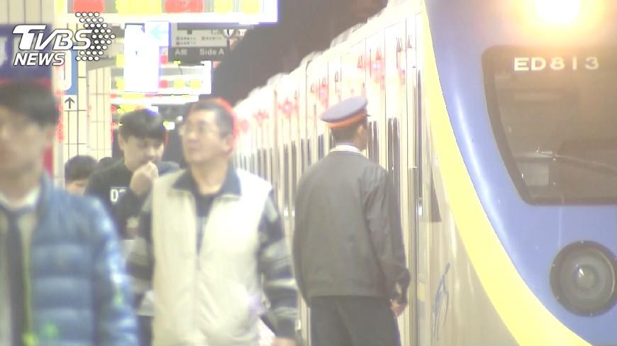 示意圖/TVBS資料畫面 站著也要讓位?男搭台鐵遇無理大媽 「年輕人就是要讓」