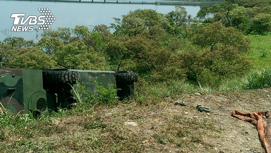 圖/TVBS 疑煞車問題 陸軍六軍團M3浮門橋車翻覆