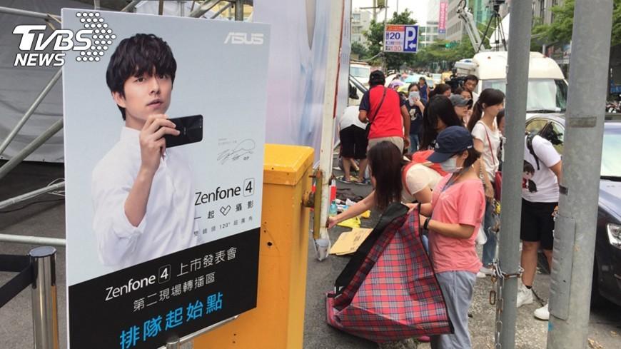 圖/中央社 孔劉戶外轉播區 粉絲排隊14小時搶頭香