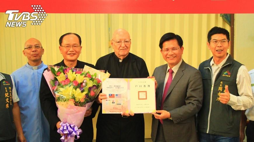 圖/中央社 奉獻台灣一甲子 神父曾顯道獲身分證