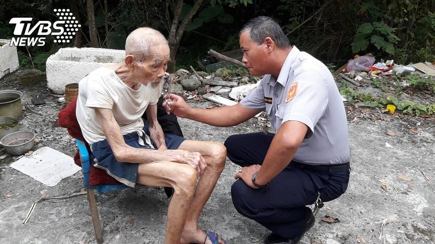 圖/中央社 村長與警扮剪刀手 97歲鐵雄輕爽一夏