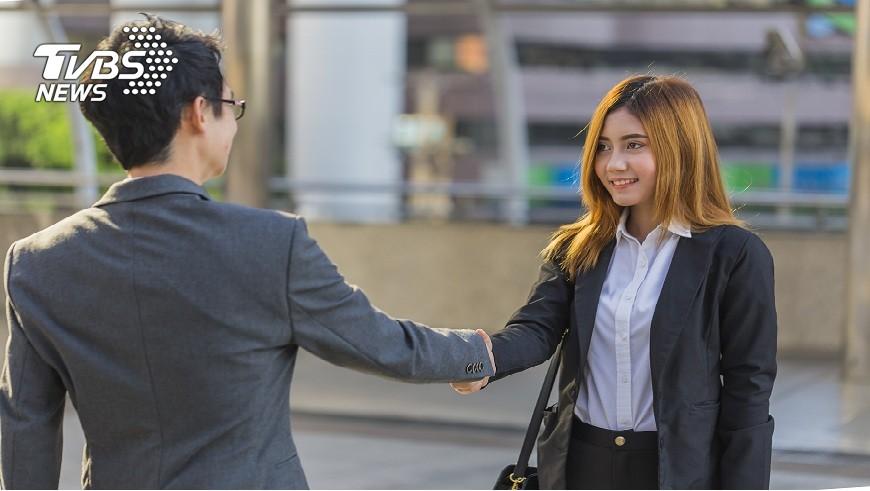一名女秘書自稱被老闆暗示「一週要三次!」她說自己忍耐是為了加薪。(示意圖/TVBS) 色老闆暗示「1週要3次」 女秘書:忍耐為加薪