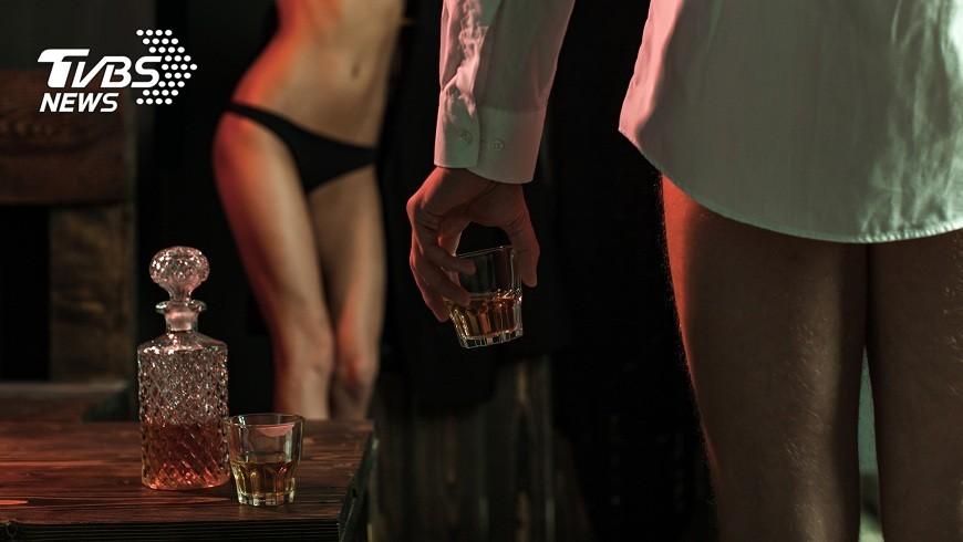 新北市一名男子為了尋求刺激舉辦性愛趴,還讓女友免費和其他男子嘿咻。(示意圖/TVBS) 日子平淡找刺激 男揪性愛趴供女友讓別人「試車」