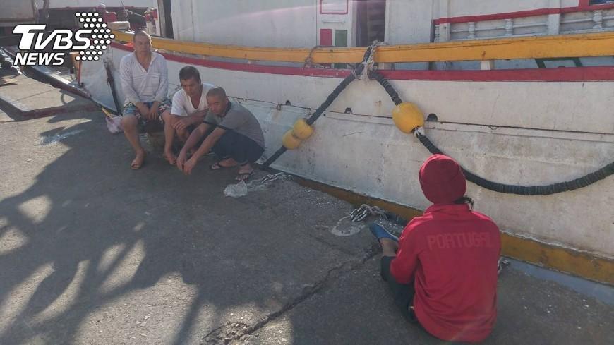 圖/中央社 漁船相撞翻覆拖回港 失蹤船長尚未尋獲