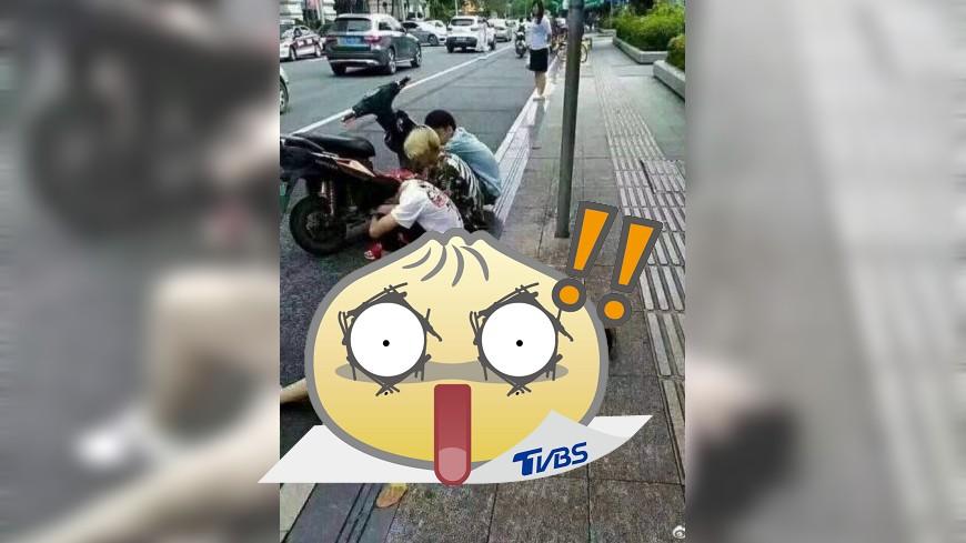 一名女子倒在路邊疑似想被撿屍,結果卻超心酸。(圖/翻攝自微博) 女裝醉倒在路邊「想被撿屍」 旁邊3男超紳士...