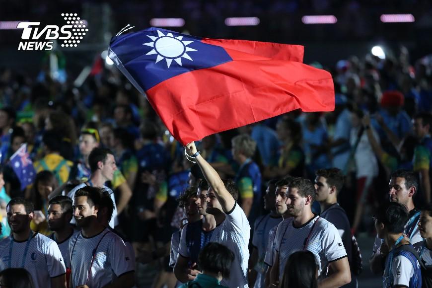 世大運閉幕典禮外國選手高舉我國國旗。圖/中央社