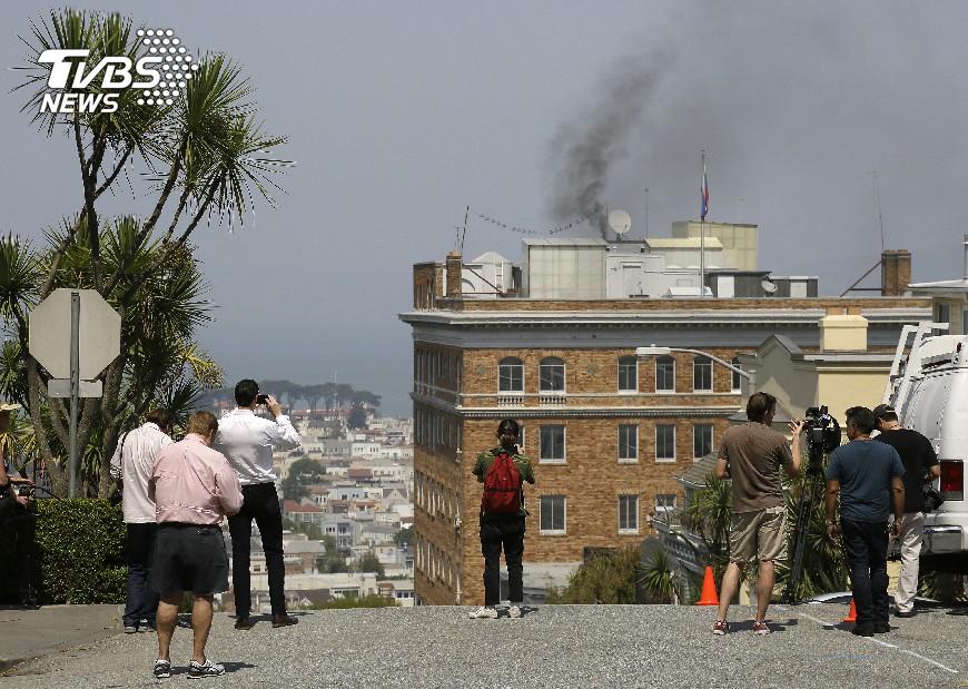 圖/達志影像美聯社 俄駐舊金山領館冒黑煙 燒毀機密文件