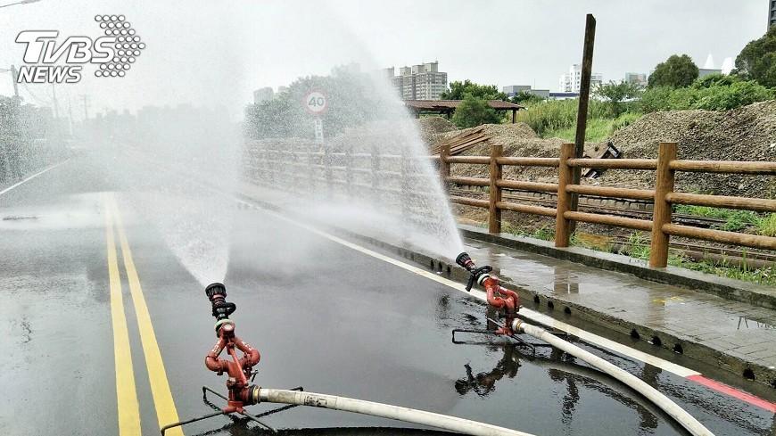 圖/中央社 台水挖破中油桃園油管 估午夜前修復