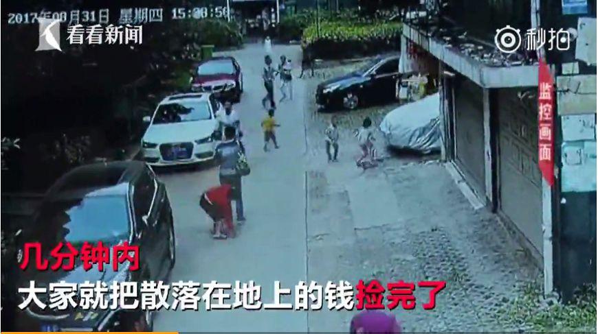 圖/擷取自影片,下同。 人性…91歲嬤失智亂撒22萬 鄰居3分鐘搶光不還